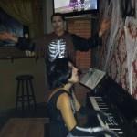 Dueto con esqueleto al piano y muerto viviente a la voz en el karaoke del ultimo ensayo
